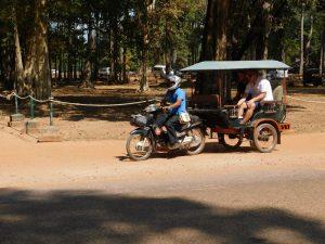 三輪車のタクシー「トゥクトゥク」